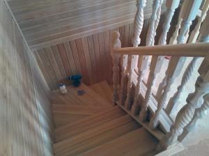 Лестница деревянная из массива на заказ срочно