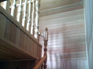 Лестница деревянная из массива на заказ в Москве
