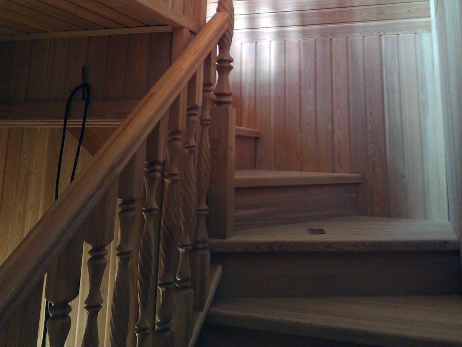 Лестница деревянная из массива на заказ
