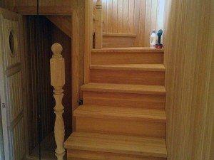 деревянная лестница на второй этаж в бане